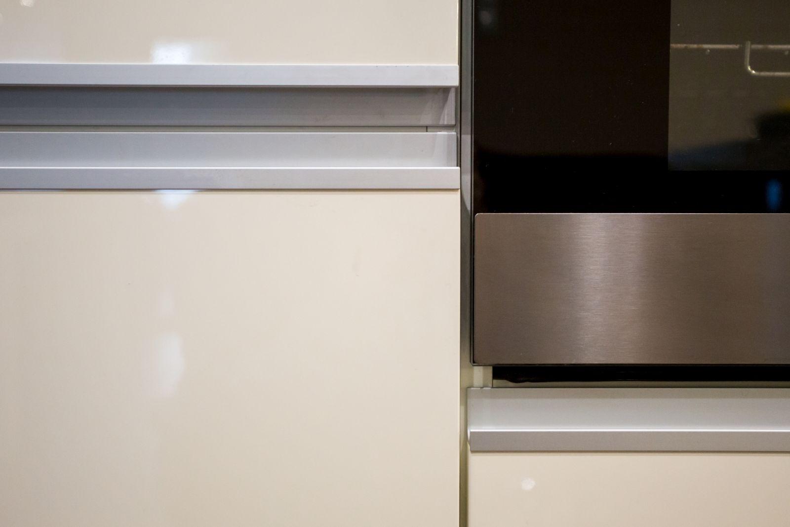 Minimál stílusú, magasfényű festett MDF konyhabútor