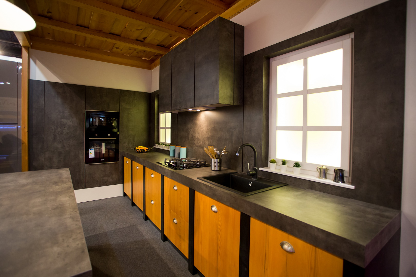 Fenyő furnér és kőhatású konyha