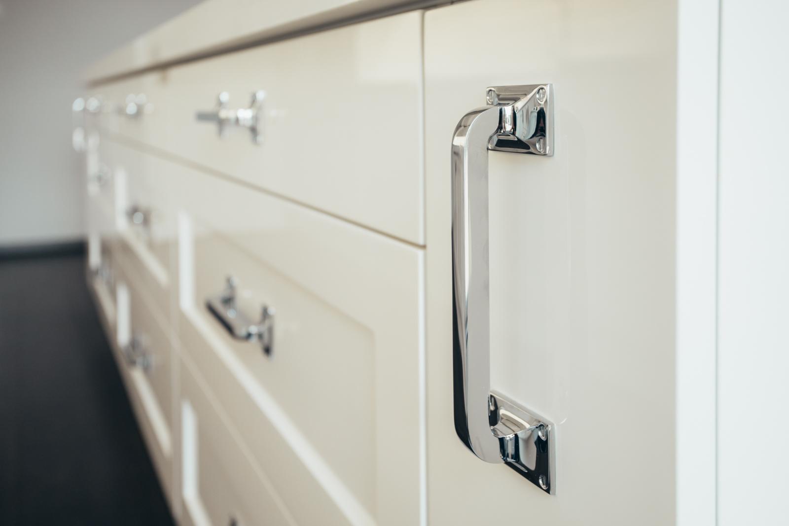 Magasfényű, vintage stílusú konyhabútor